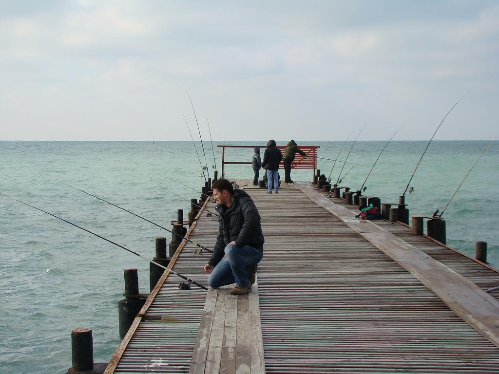 Рыбаки на пирсе