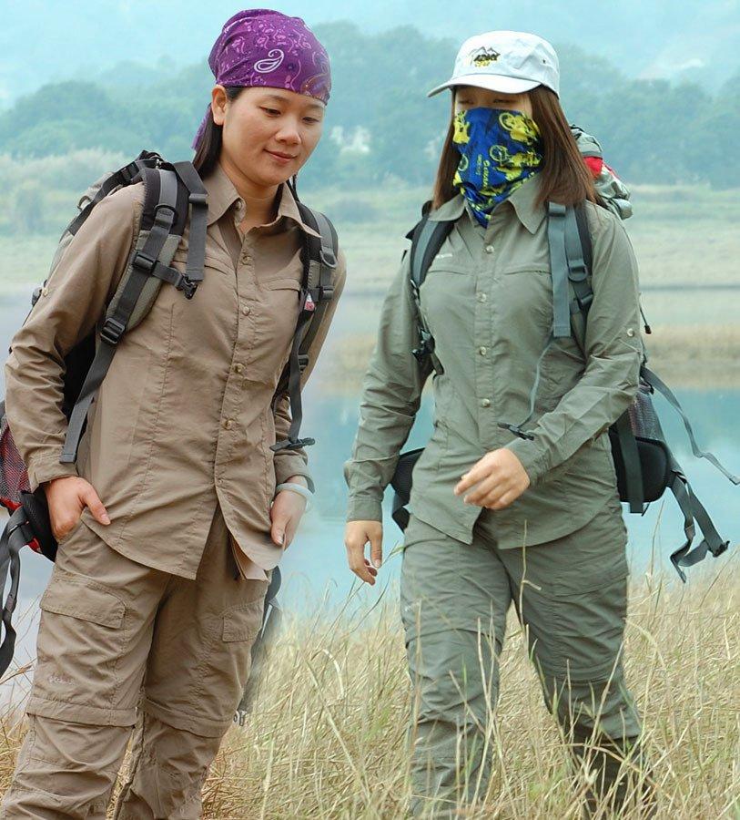 Две девушки летних костюмах