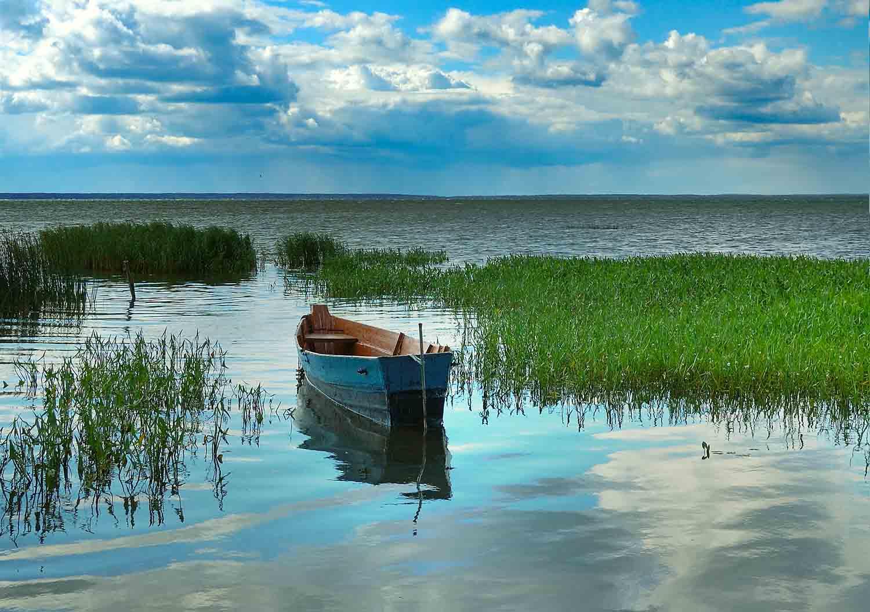 Лодка на фоне озера
