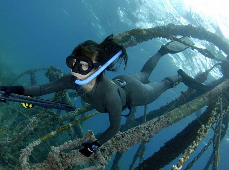 Девушка подводная охотница