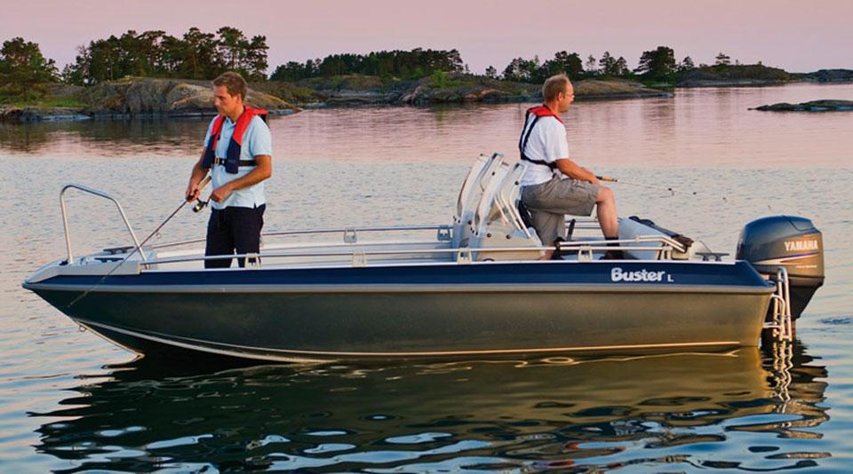 Рыбаки ловят рыбу с лодки