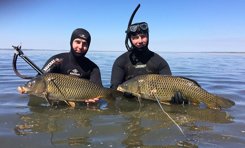 Два подводных рыбаков
