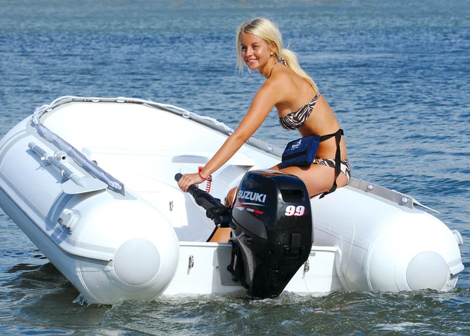 Симпатичная девушка в лодке