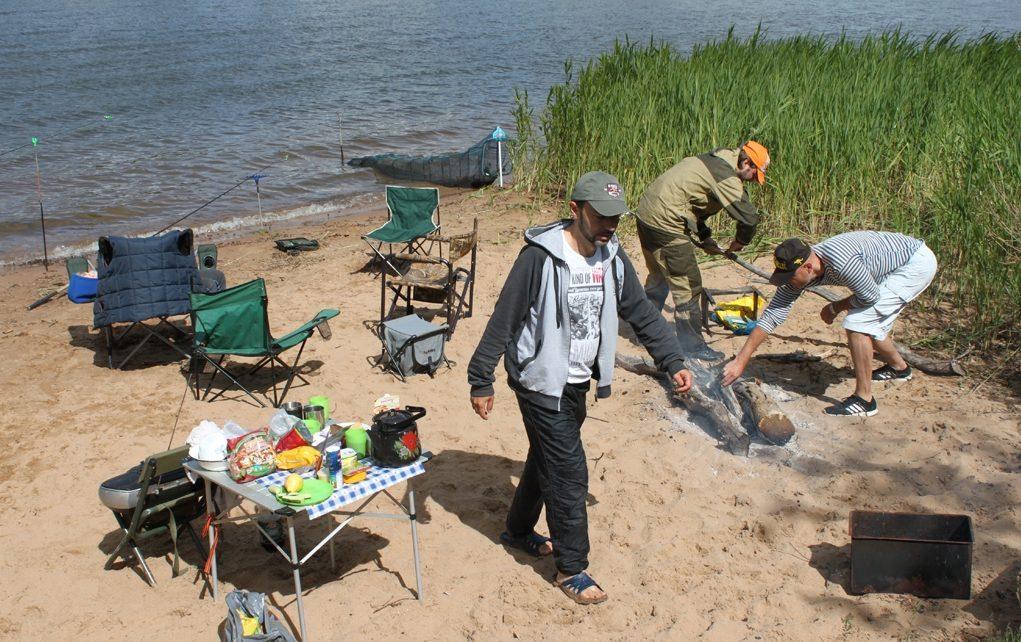 Три рыбака на берегу озера