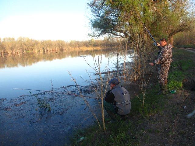 Два рыбака на берегу реки