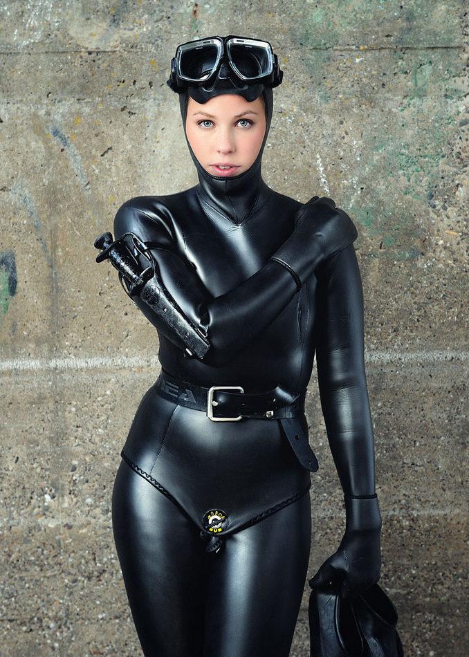 Девушка в костюме для подводной охоты