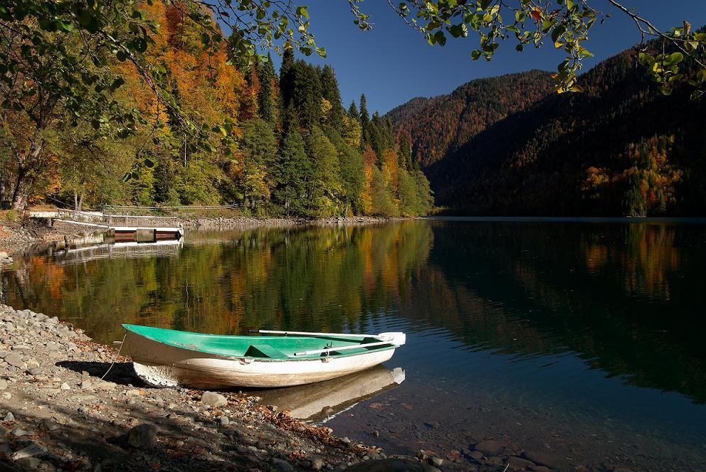 Лодка на берегу красивого озера