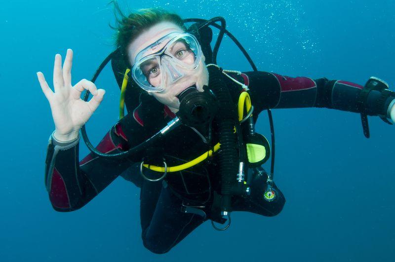 Девушка в акваланге