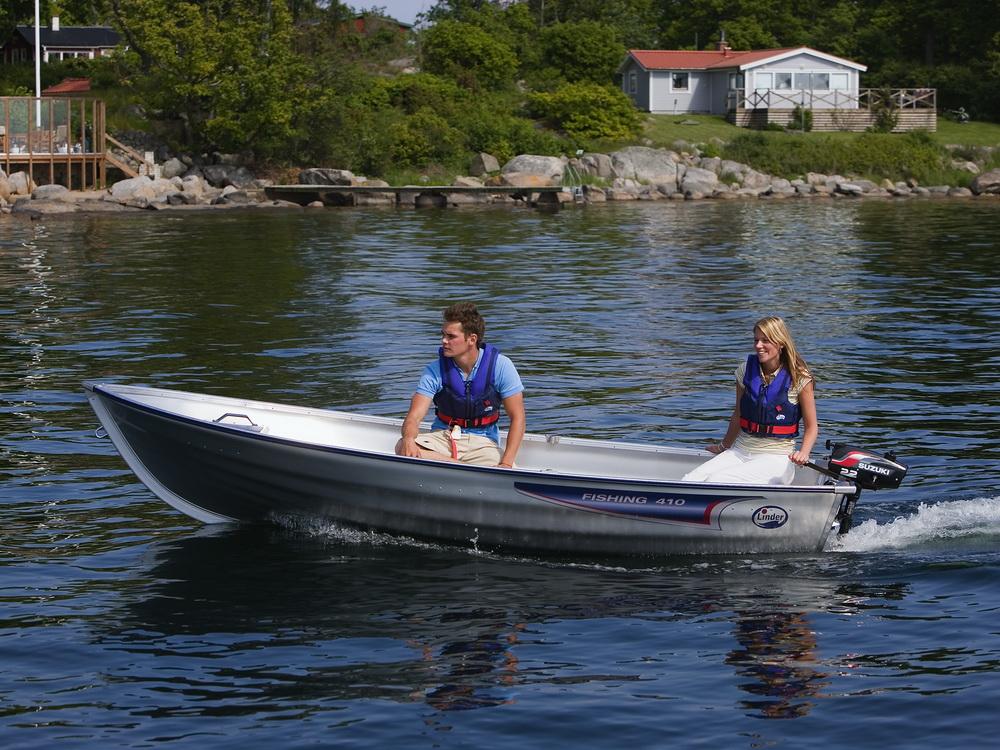 Парень с девушкой в лодке