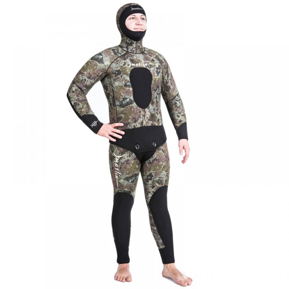 Парень в костюме для подводного плаванья