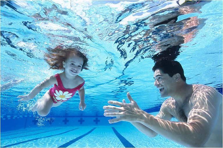 Парень с маленькой девочкой под водой