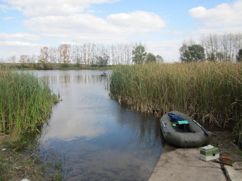 Резиновая лодка на берегу озера