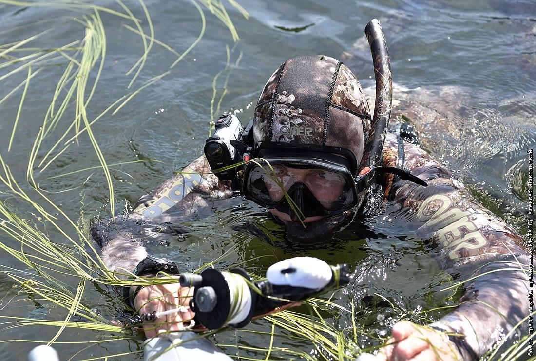 Охотник в экипировке в воде