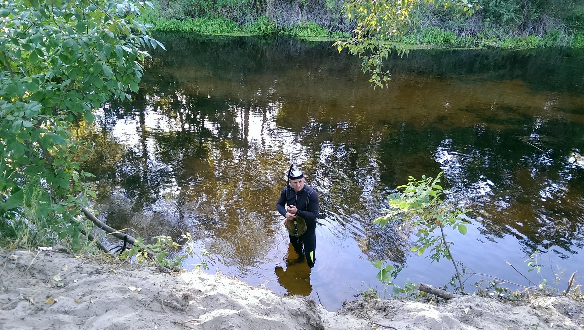 Подводный рыбак на берегу реки