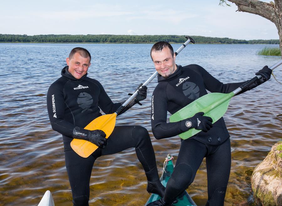Два рыбака с вёслами