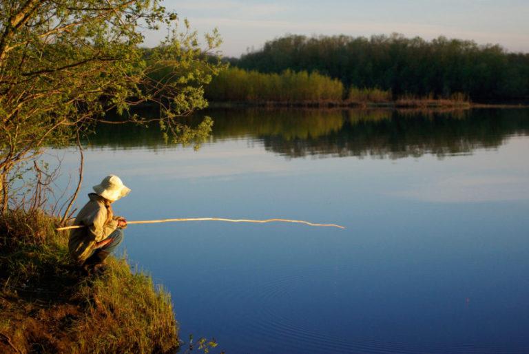 Одинокий рыбак с удочкой
