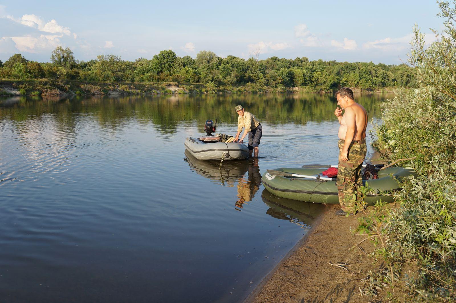 Два рыбака в реке с лодками ПВХ