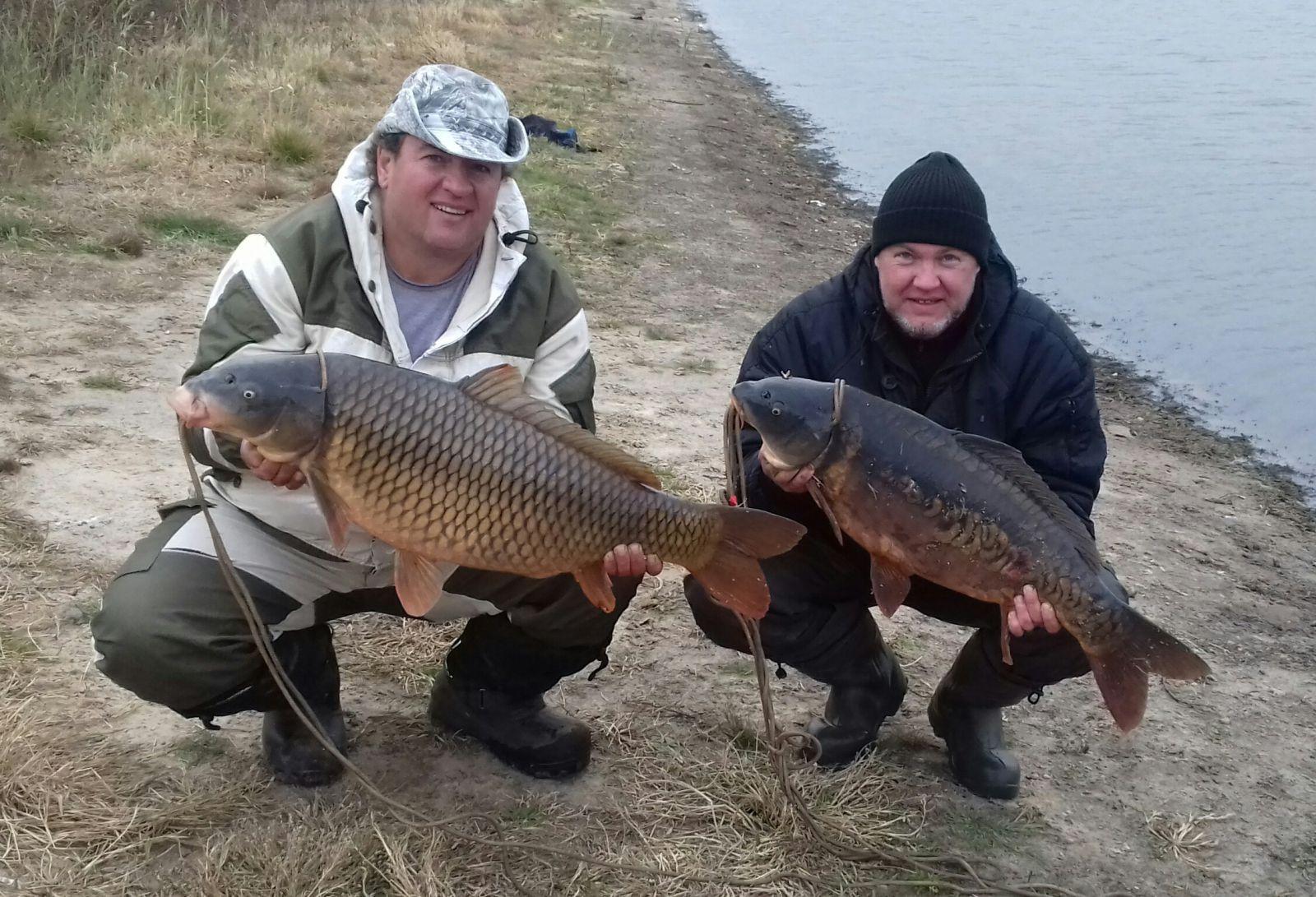 Два рыбака с крупной рыбой
