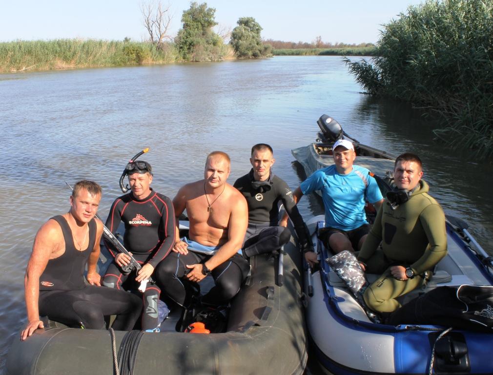 Толпа рыбаков в лодке