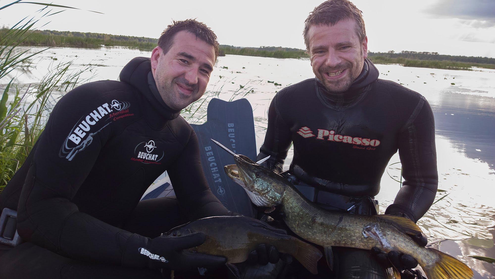 Два довольных подводных рыбака