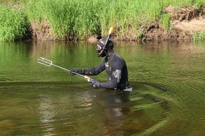 Подводный охотник с трезубцем