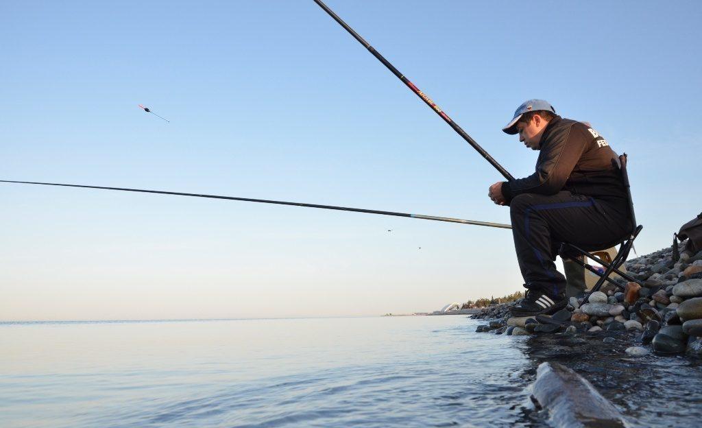 Рыбак на берегу Чёрного моря
