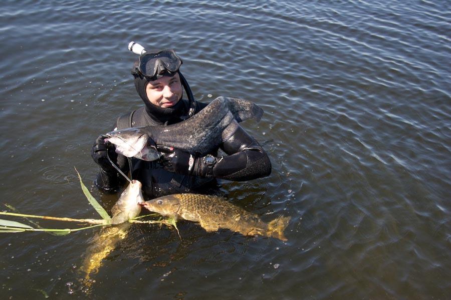 Подводный охотник с рыбой в руках