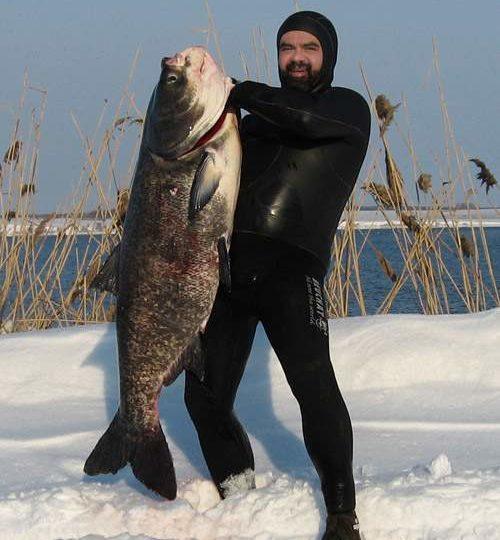 Рыбак с огромной рыбиной