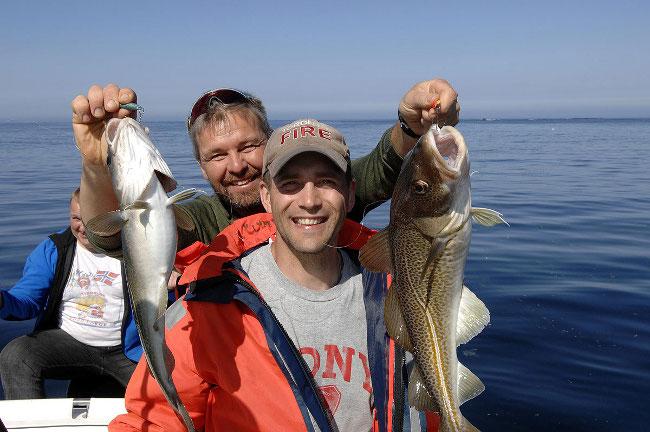 Два рыбака с треской в руках