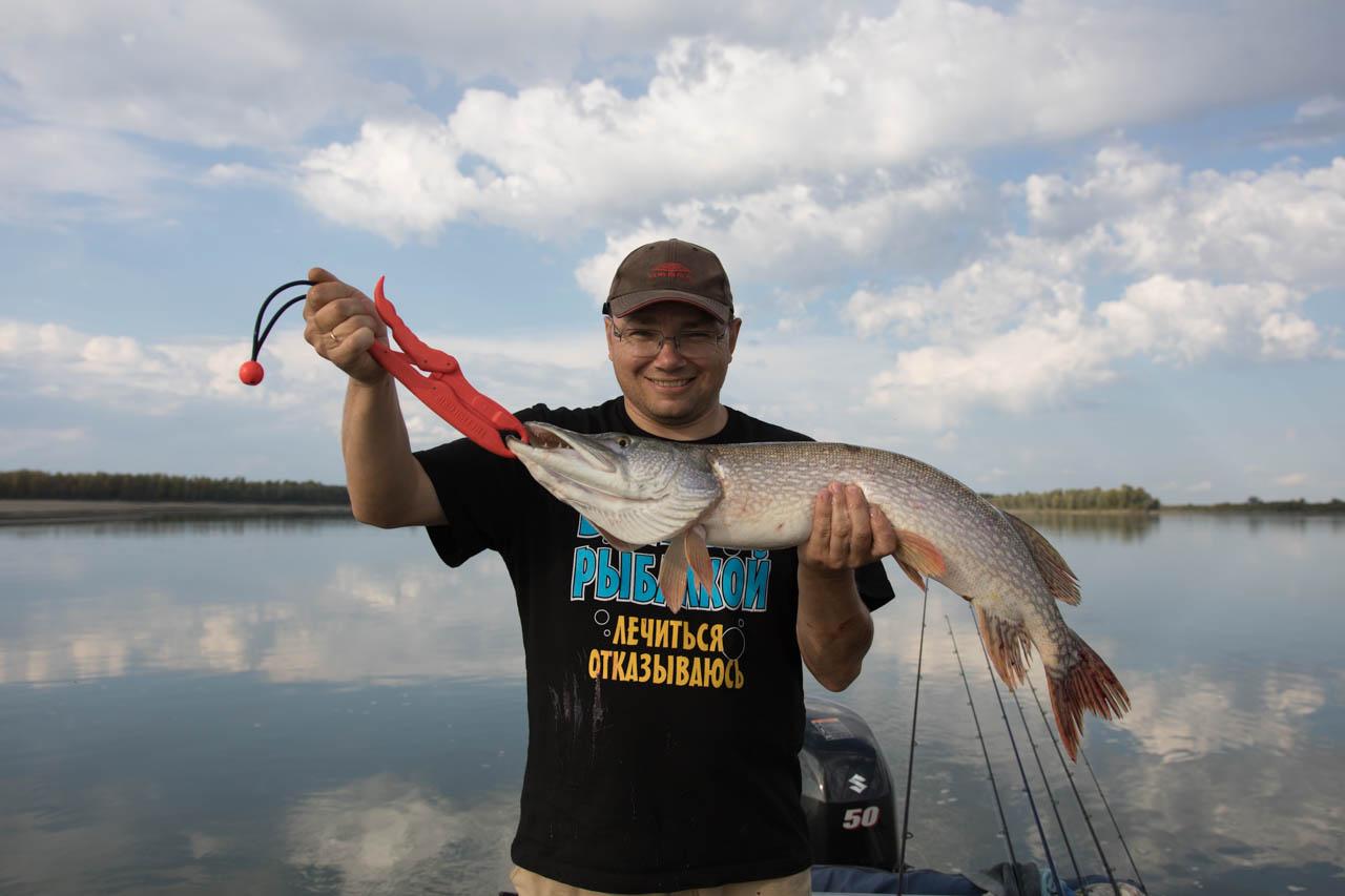Довольный рыбак с щукой