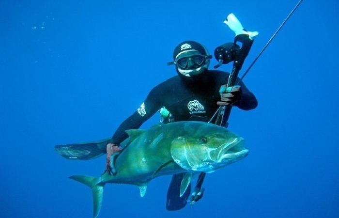 Охотник под водой с огромной рыбиной