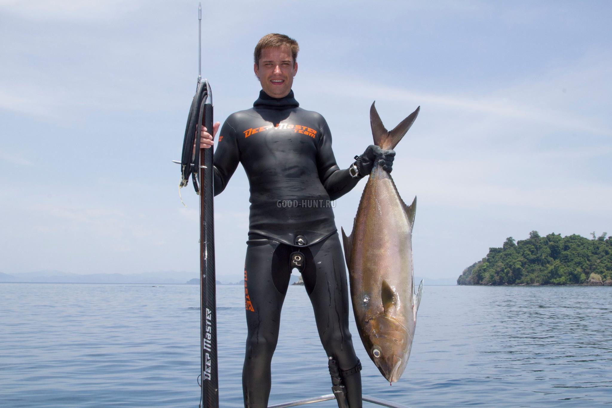 Охотник с огромным арбалетом и рыбой