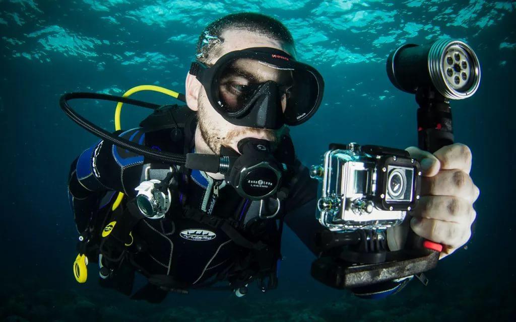 Дайвер с видео камерой