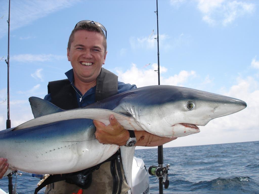 Довольный рыбак с рыбой
