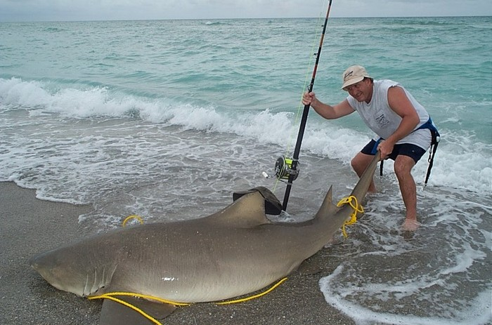 Рыбак с пойманным трофеем