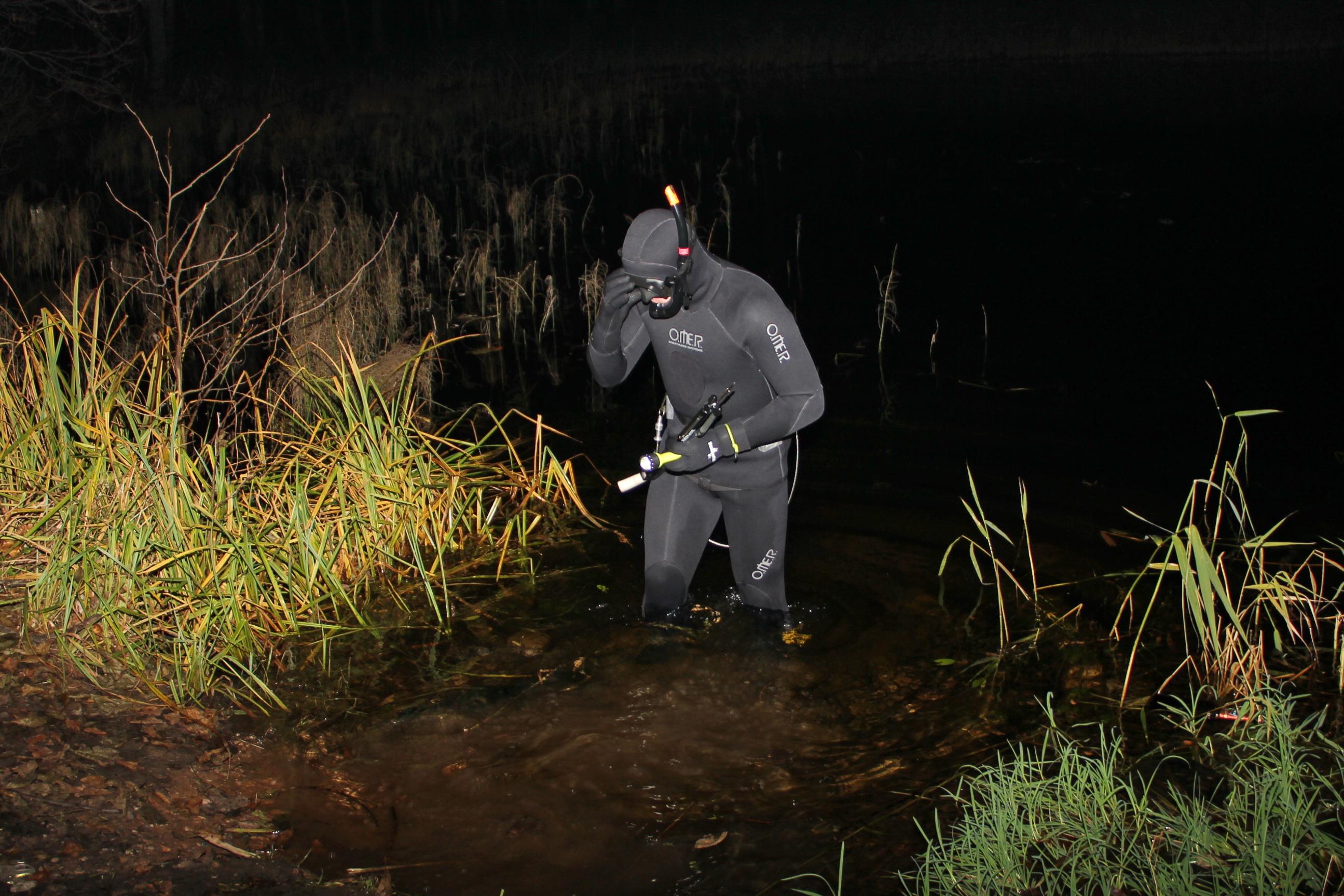Подводный охотник по колено в воде