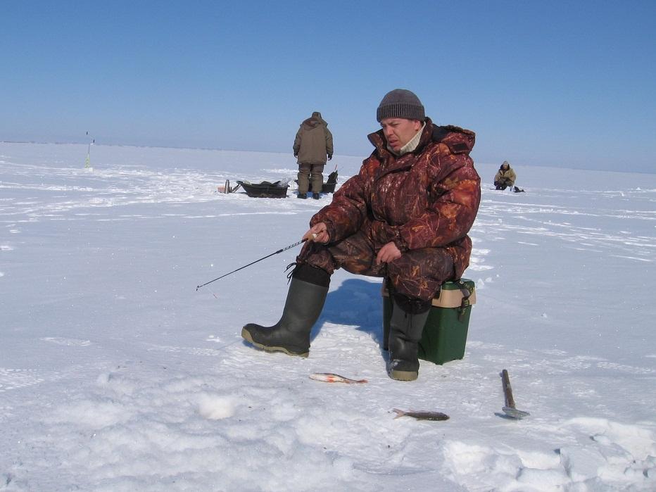 Мужик с удочкой на льду