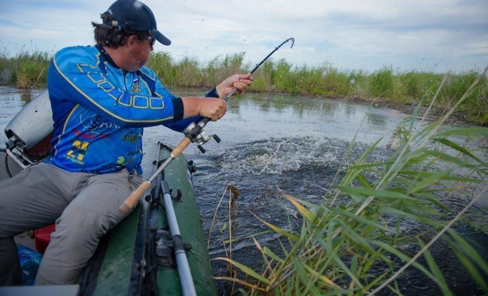 Рыбак борется с клюнувшей рыбой