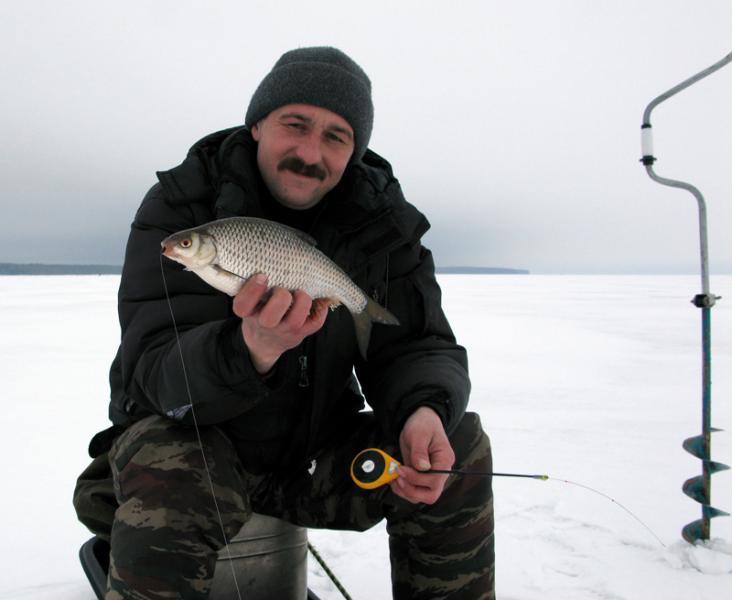Усатый мужик с рыбой в руке