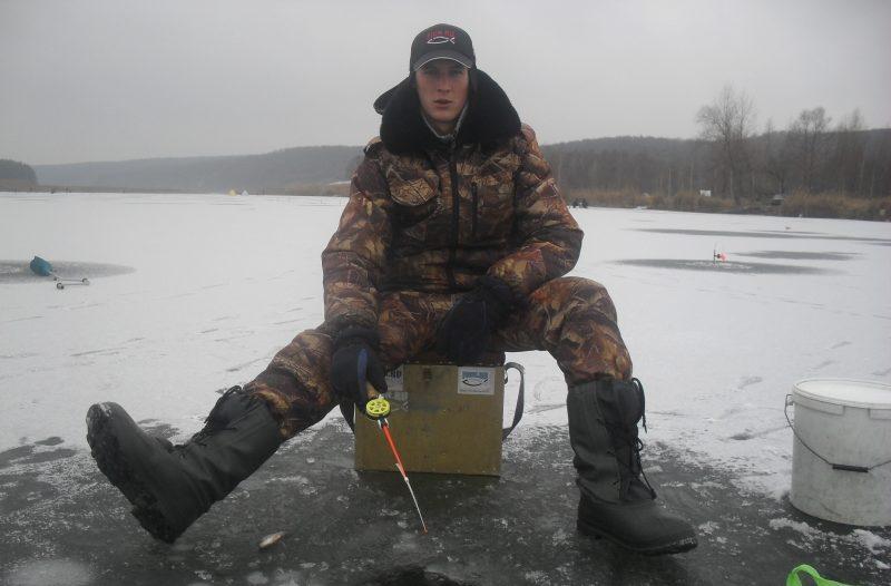 Парень на зимней рыбалке