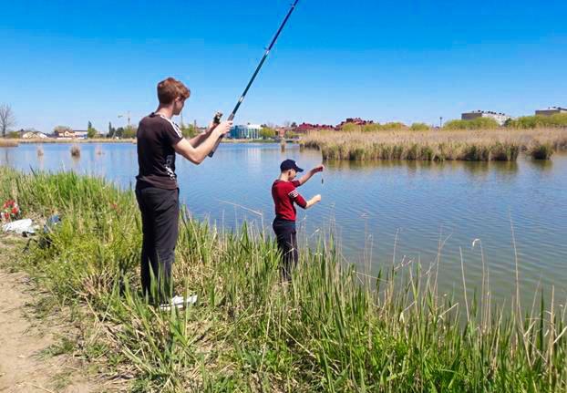 Два юных рыбака с удочками