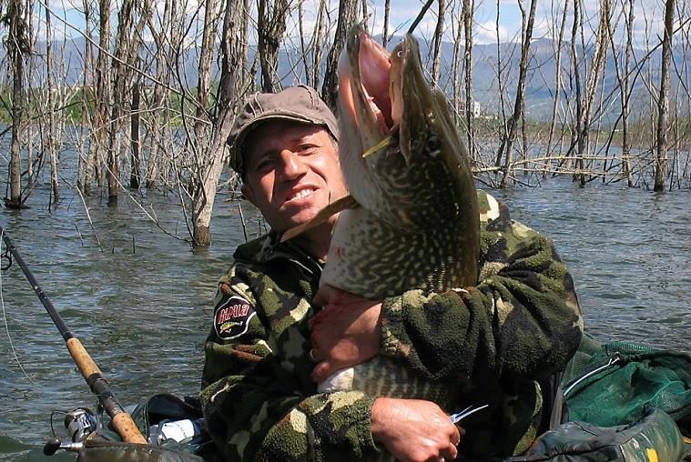 Рыбак с гигантской щукой