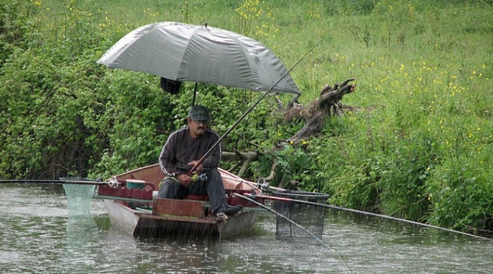 Рыбак с зонтиком
