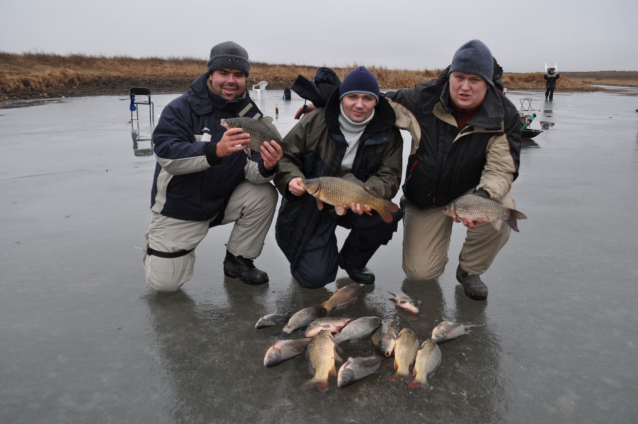 Три рыбака на зимней рыбалке
