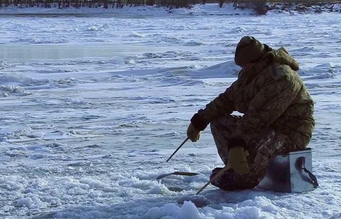 Одинокий рыбак на льду