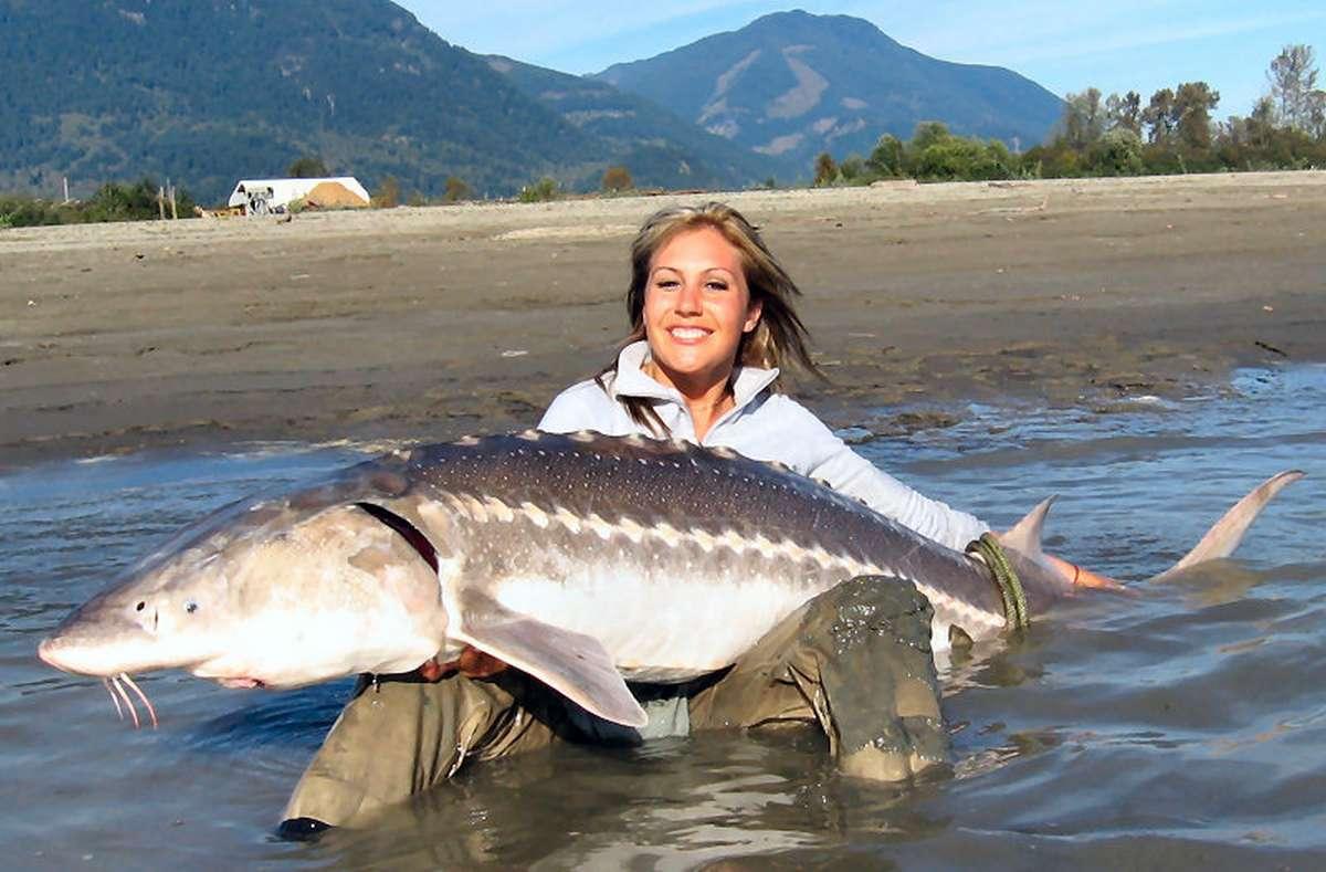 Девушка с огромной рыбиной