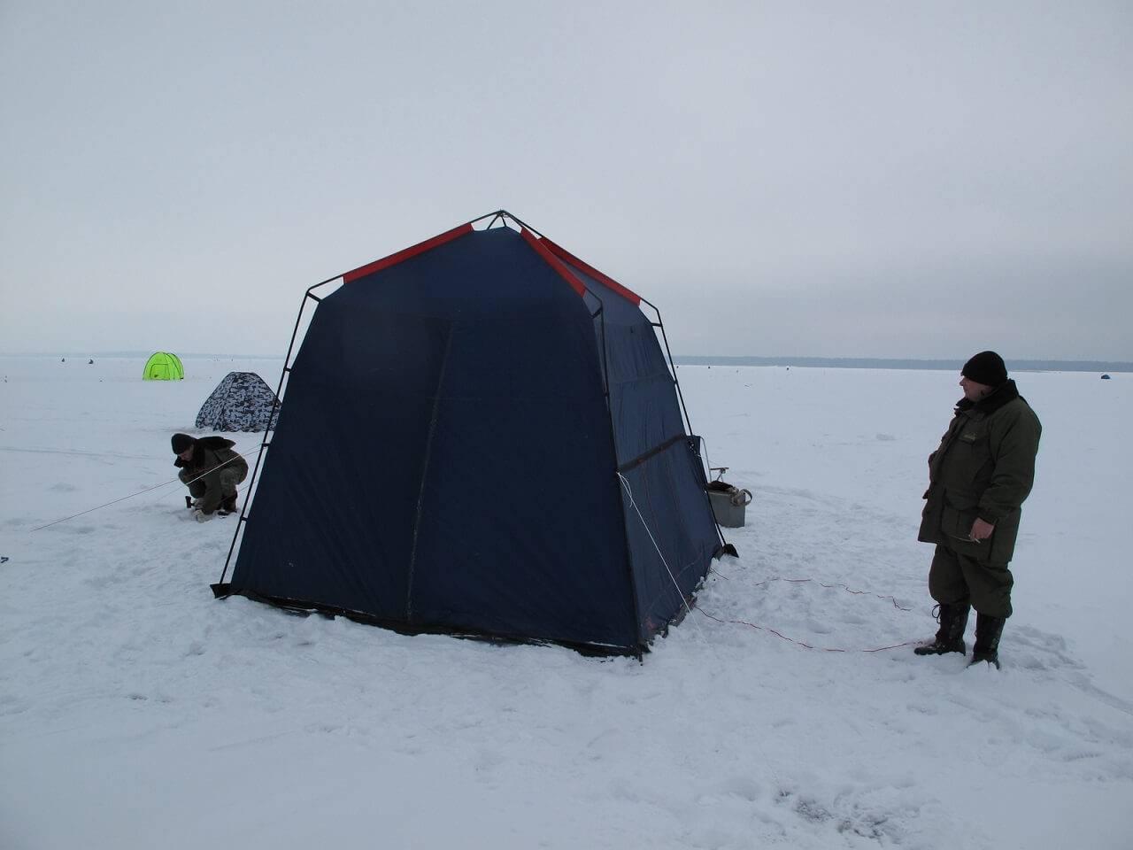 Рыбаки ставят палатку