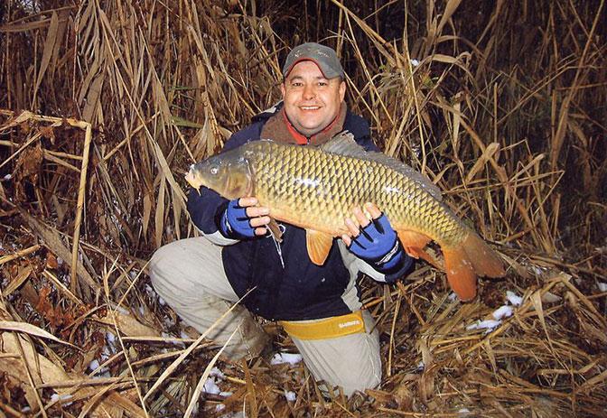 Довольный рыбак с трофеем