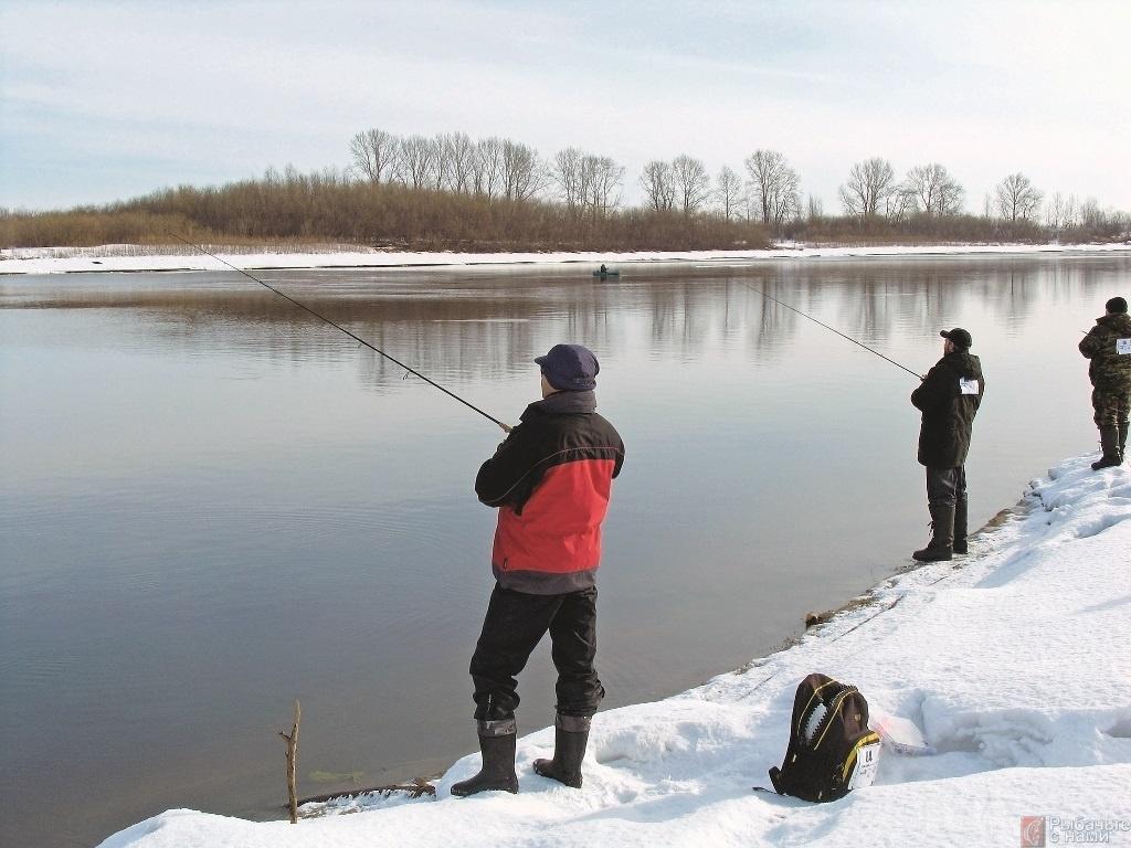 Три рыбака на берегу реки