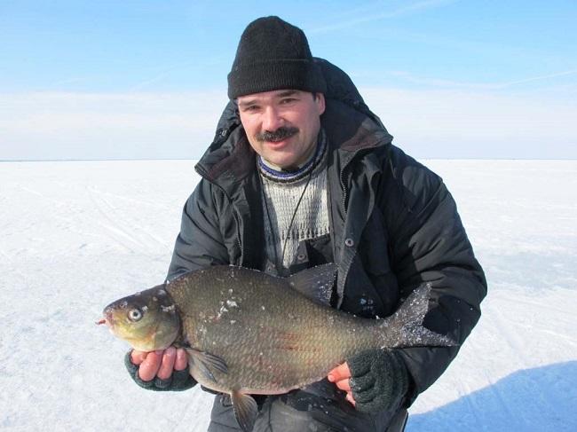 Усатый мужик с рыбиной в руках